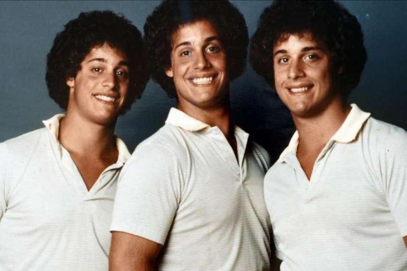 失散多年三胞胎竟在19年後奇蹟團聚。但是暖心的故事背後,卻有著殘酷的陰謀,原來他們不過是滿足科學家實驗的白老鼠...(圖/取自imdb)