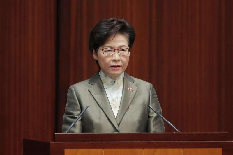 香港特首林鄭月娥在記者會上,將耗資7.8億且大部分來自「政府支持」的《香港志》出版企圖全盤托出。(美聯社)