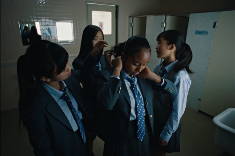 跨國運動品牌Nike上個月27日在日本推出新廣告「繼續前進,自我,未來」,影片顯示3名日本女學生在學校遭到霸凌與種族歧視,最終透過運動克服難關。(取自NIKE JAPAN YouTube)