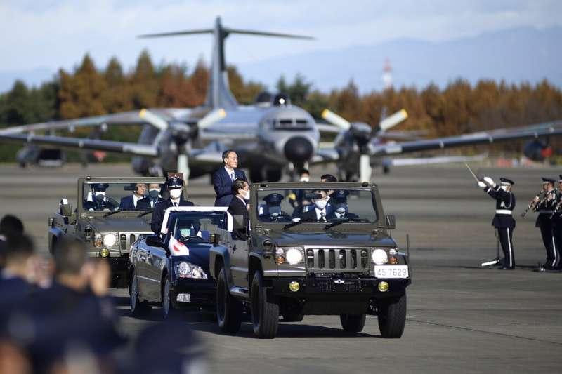 日本首相菅義偉2020年11月28日在入間基地視察航空自衛隊。(美聯社)