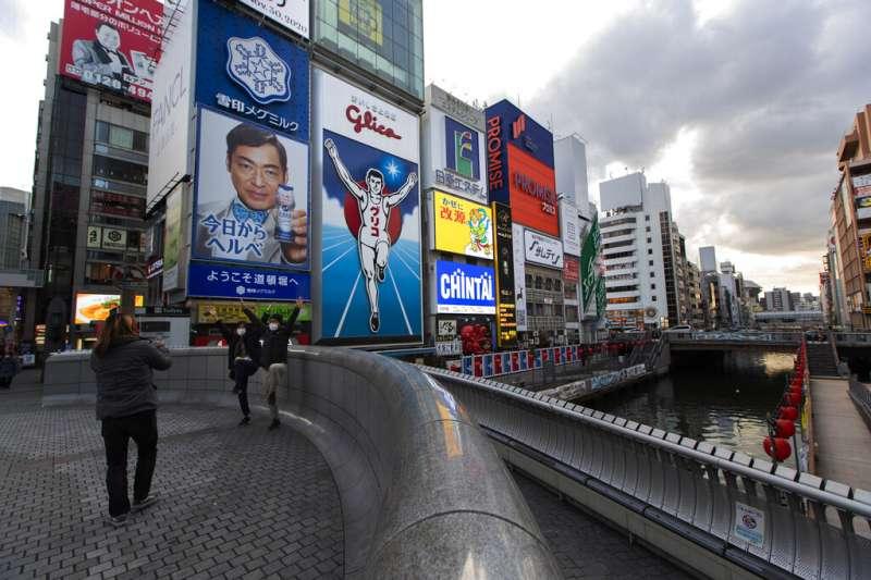 作者指出,商業大都會大阪向來步調疾如風,然而李清志書寫這座大城倒是能好整以暇,在幾十年來最閒散的這一年裡完成。(資料照,美聯社)