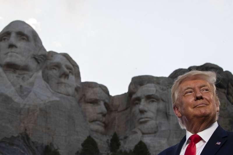 2020年7月3日,川普在訪問南卡羅來納州的拉什莫爾山國家紀念公園時,與著名的華盛頓、傑佛遜、老羅斯福與林肯頭像合照。(美聯社)