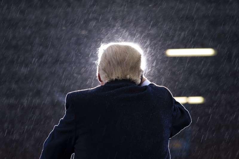2020年10月27日,自密西根造勢大會上冒雨發言的川普。(美聯社)