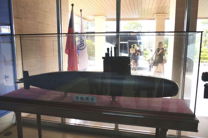 國民黨前立委林郁方表示,台灣潛艦「雜牌味道很濃」,政府應要記取30多年前澳洲建造柯林斯級潛艦的教訓,免得輸出後一旦遇到問題,美國就「等你提錢來見」。圖為潛艦國造案模型。(資料照,美聯社)