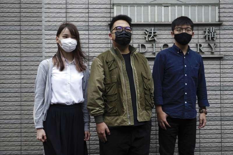 前香港眾志秘書長黃之鋒、前主席林朗彥、前成員周庭(由右至左)12月2日遭判監禁。(AP)