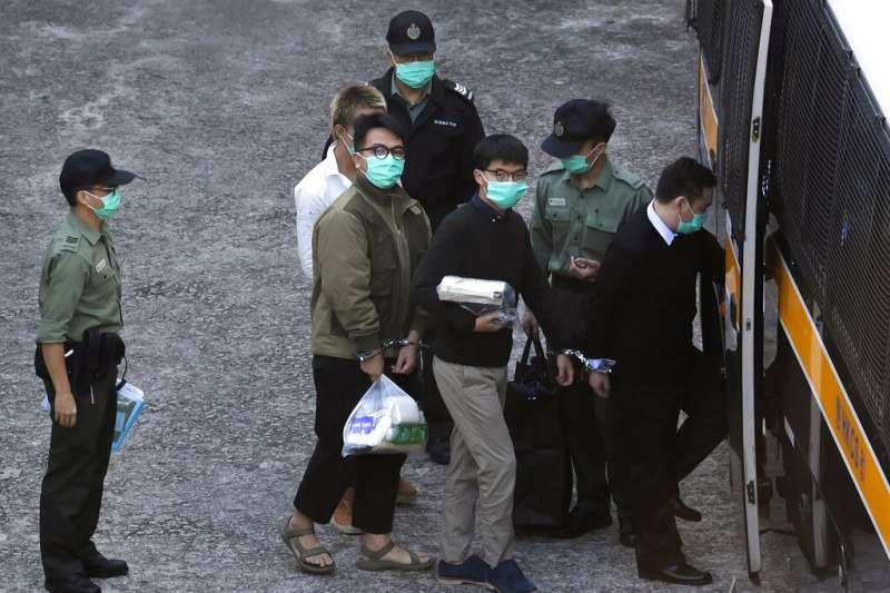 前香港眾志秘書長黃之鋒、前主席林朗彥12月2日遭移送到裁判庭。(AP)