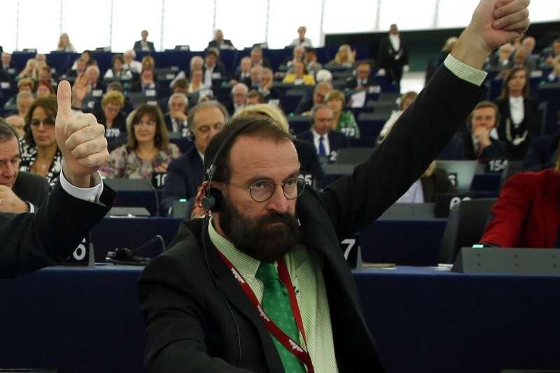 匈牙利右翼民粹強人奧爾班的同黨盟友、歐洲議會議員薩耶因爆出違反防疫規定而辭職。(AP)