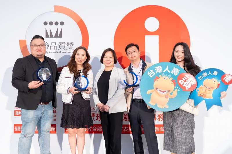 台灣人壽榮獲第9屆「保險品質獎」最佳壽險公司「知名度最高」、「業務員最優」、「理賠服務最好」三項優等獎,副總經理曾玉潔(圖左2)率服務團隊與金管會保險局長施瓊華(圖右3)合影。(台灣人壽提供)