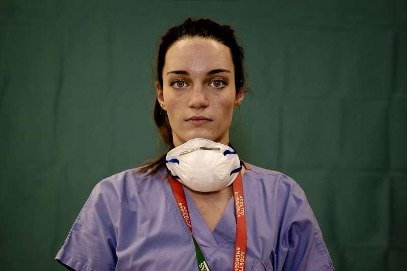 2020年,新冠肺炎疫情肆虐義大利,醫護人員精疲力竭(AP)