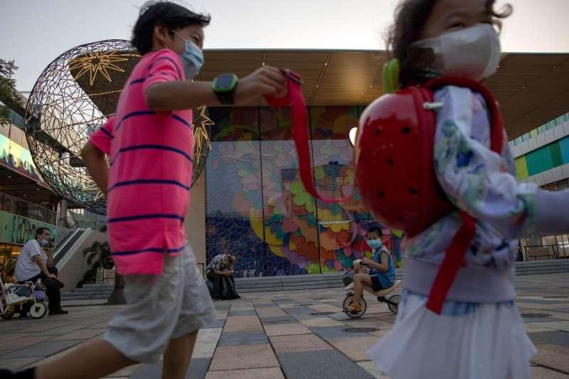計劃生育的遺緒及養育孩子的成本代表許多中國夫婦仍然不會有多於一個孩子。(AP)
