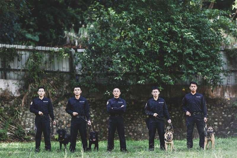 國內軍犬訓育與執勤的第一把手,首推軍犬分隊分隊長劉信宏士官長(中)。(取自青年日報社)