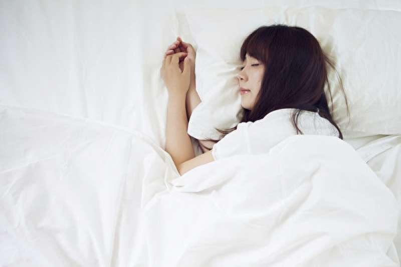 很多人在假日都會有爆睡的習慣,以為這樣是在補眠,其實是慢性毀壞自己的身體。(圖/取自Pixabay)