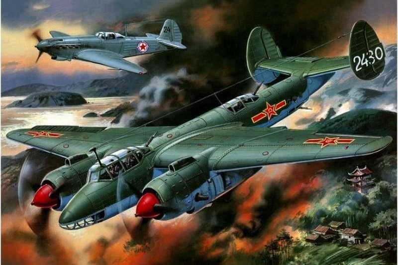 空襲大和島的Tu-2轟炸機,此圖的最大錯誤,是後方擔任掩護工作的為北韓空軍Yak-6殲擊機,而非現實中的中共空軍La-11殲擊機。(許劍虹提供)