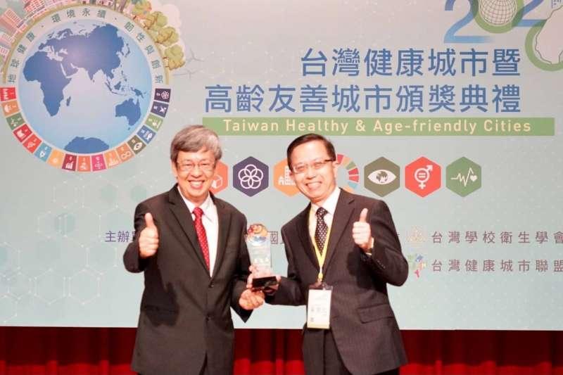 前副總統陳建仁(左)頒發2020台灣健康城市暨高齡友善城市獎「卓越獎」給淡水區公所區長巫宗仁。(圖/新北市淡水區公所提供)