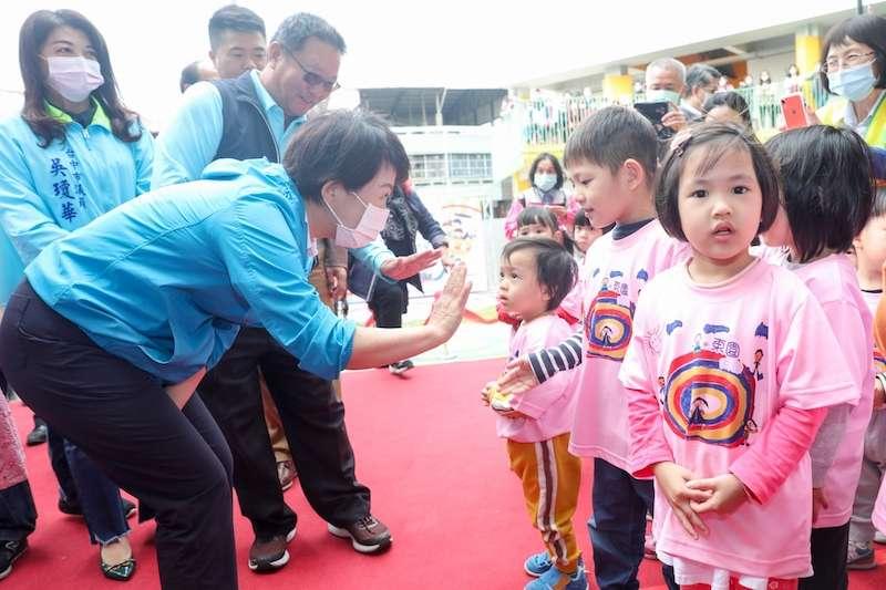 台中市東園國小新建幼兒園落成啟用典禮,市長盧秀燕說,市府會持續努力,讓孩子獲得完善的幼教服務。(圖/台中市政府提供)