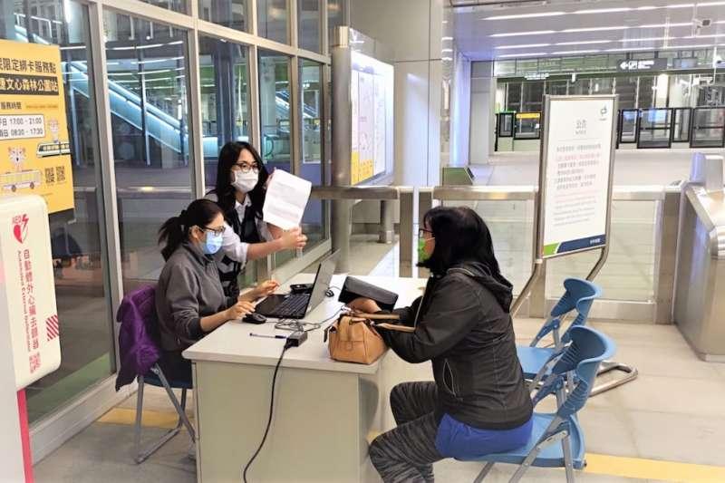 中捷車務人員自4日起暫時協助投入雙十公車「市民限定」綁卡服務。(圖/台中市政府提供)