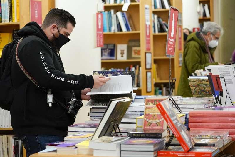 《時代》精選2020年十大非小說好書,圖為美國民眾逛書店(AP)