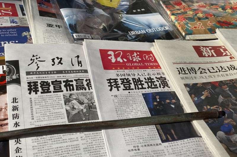 北京街頭的書報攤上擺滿了拜登勝選的消息。(美聯社)