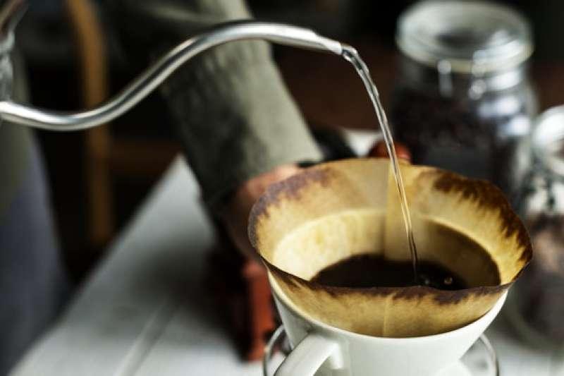 製作一杯美味的手沖咖啡,從水溫到最後攪拌,每個步驟都不簡單。(圖/Pixabay)