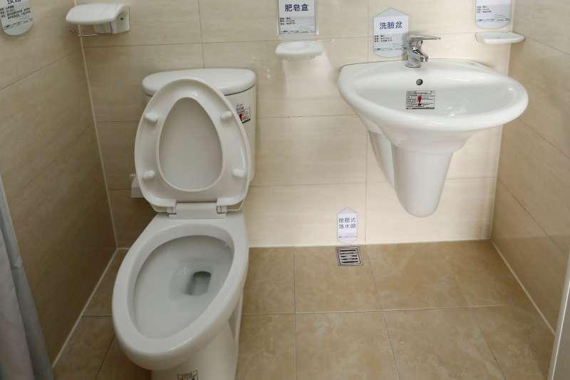 台灣即使沒有遍地公廁,但公共場所從便利商店到加油站,都有廁所可提供方便。(新新聞資料照)