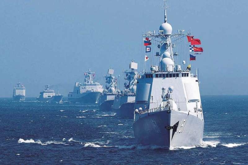 作者指出,美國一旦決定不介入兩岸,那開戰後,就單純靠雙方的軍事作戰成果來論勝負,結果怎樣台灣人都心裏有數;若美軍選擇介入,則會引入新的變數。(新華社提供)