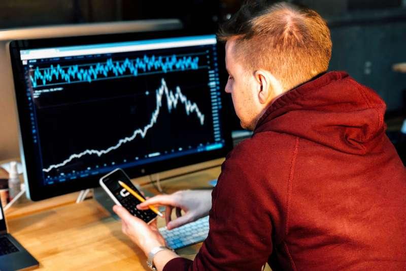 面對股市突如其來的大跌,投資人該如何應對?(圖/取自Unsplash)