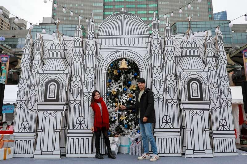 快到新北耶誕市集敲響幸福鐘,和情人一起美夢成真。(圖/新北市經發局提供)