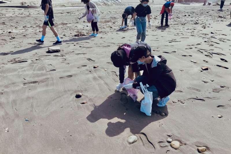 讓大安有個乾淨又安全的沙灘,大安濱海樂尋推廣民眾參與淨灘維護海灘清淨。(圖/台中市政府提供)
