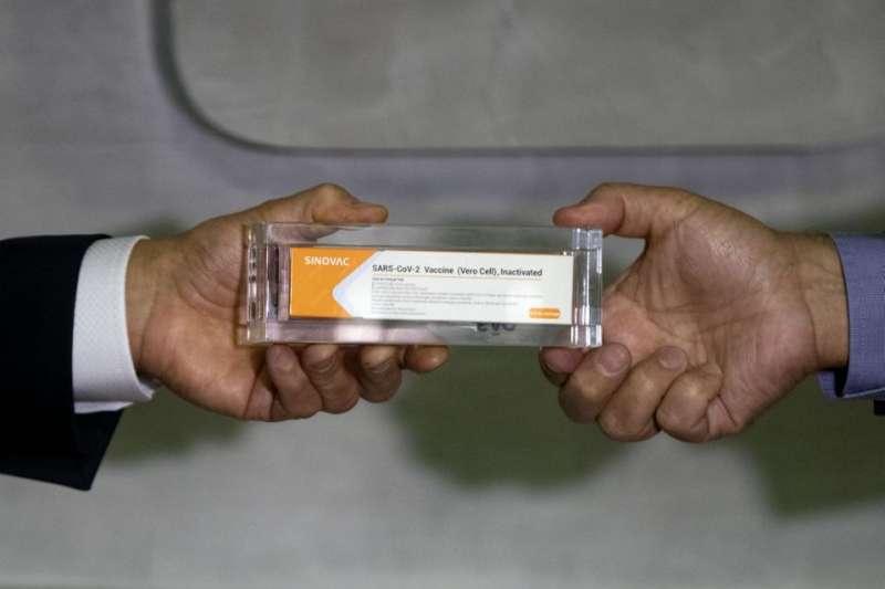 中國疫苗大廠科興生物研發的CoronaVac疫苗,受到多個開發中國家期盼,但其行賄監管機構的歷史引發擔憂。(AP)