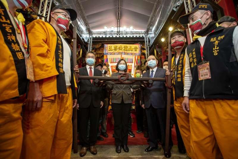 20201206-總統蔡英文6日到艋舺青山宮出席「2020靈安尊王聖誕千秋聯合遶境大典」,並共同進行扶轎起駕儀式。(總統府提供)