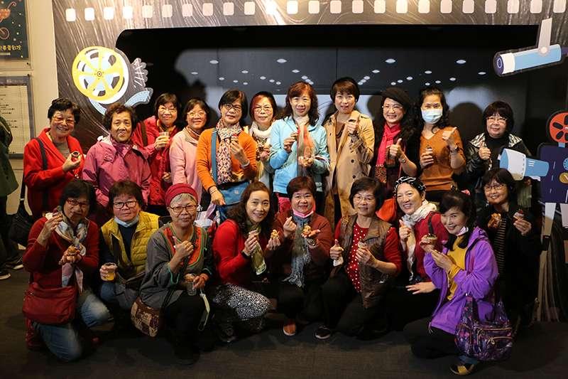 文化局局長龔雅雯與府中15資深志工們合影留念,感謝9年來無私的付出與貢獻。(圖/新北市文化局提供)