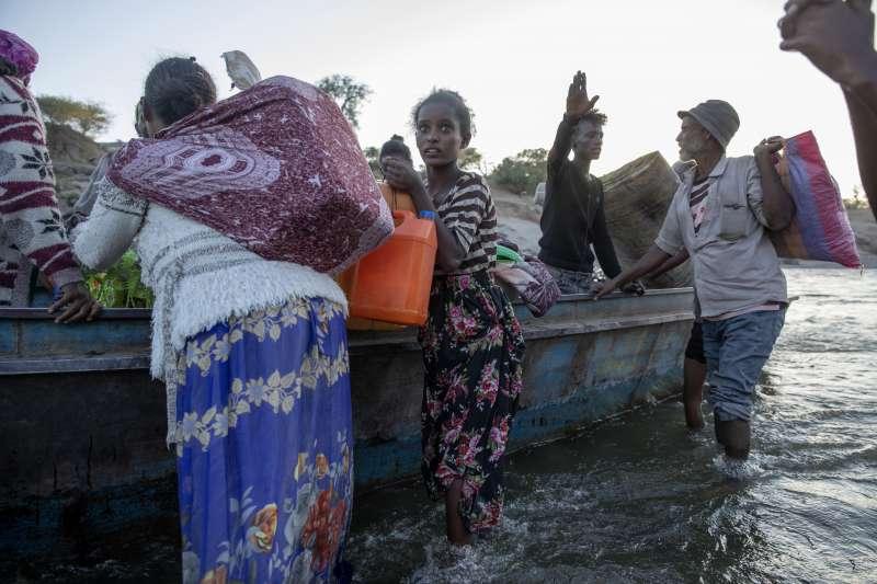 2020年11月,東非衣索比亞北部提格雷州爆發軍事衝突,大批民眾逃往鄰國蘇丹(AP)
