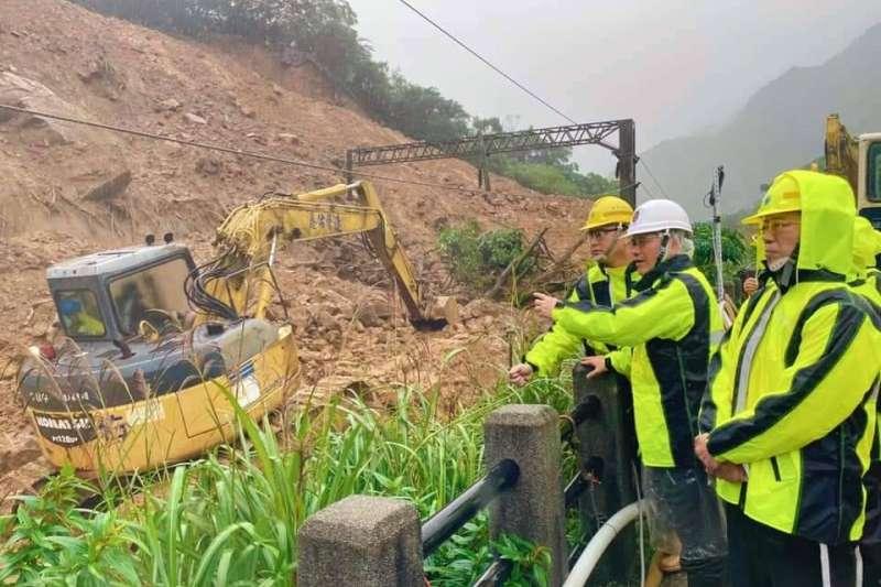 台鐵瑞芳-猴硐間邊坡嚴重崩塌,專家評估,西正線恐要到明年農曆年前才能通車。(取自林佳龍臉書)