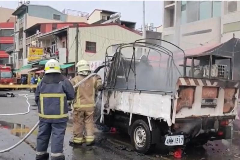 台南市白河區一輛在廟會施放煙火的小貨車5日起火燃燒,消防人員趕往把火勢撲滅後,在小貨車車斗上發現一具焦屍。