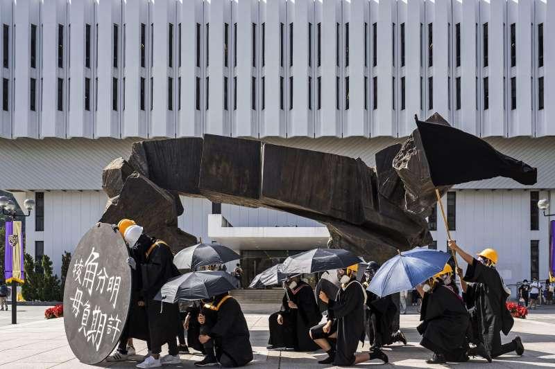2020年11月19日,香港中文大學畢業生在校內遊行,聲援被扣押在深圳的12名港人,並呼喊反送中及港獨口號。(AP)
