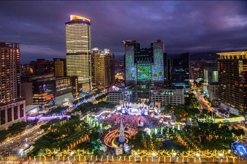 因台灣新增武漢肺炎本土確診病例,新北市政府今天指出,即日起停止耶誕城內所有戶外集會型活動。(資料照,新北市觀旅局提供)