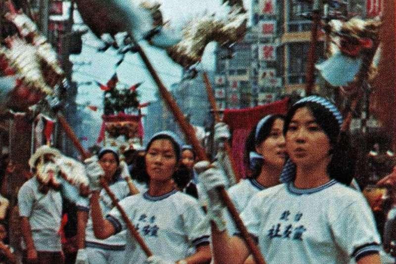 「學子弟,迎城隍」,「大學生靈安社行動」加入「迎城隍」的行列。(照片由作者提供)