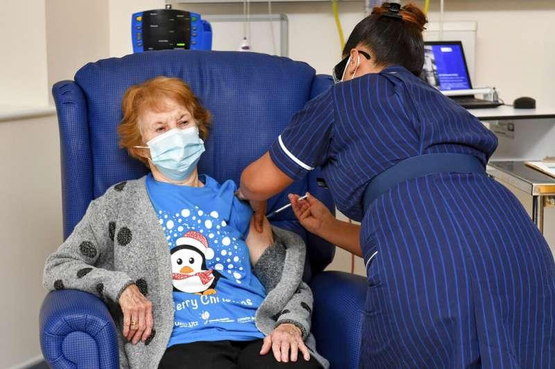 英國90歲老婦基南(Margaret Keenan)成為試驗者外,全球第一位接種輝瑞疫苗的人。(美聯社)
