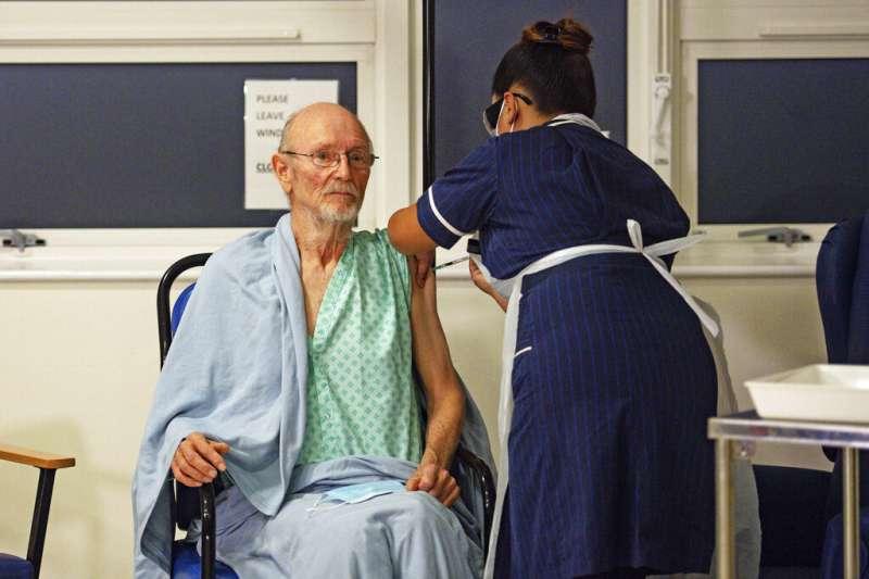 81歲的威廉・莎士比亞,是第二位接受輝瑞疫苗接種的英國民眾。(美聯社)
