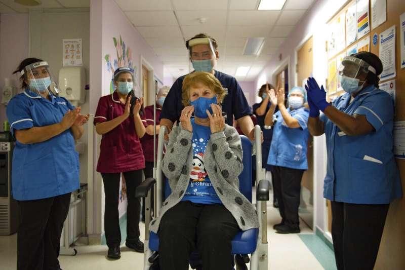 英國90歲老婦基南(Margaret Keenan)今天成為試驗者外,全球第一位接種輝瑞疫苗的人。