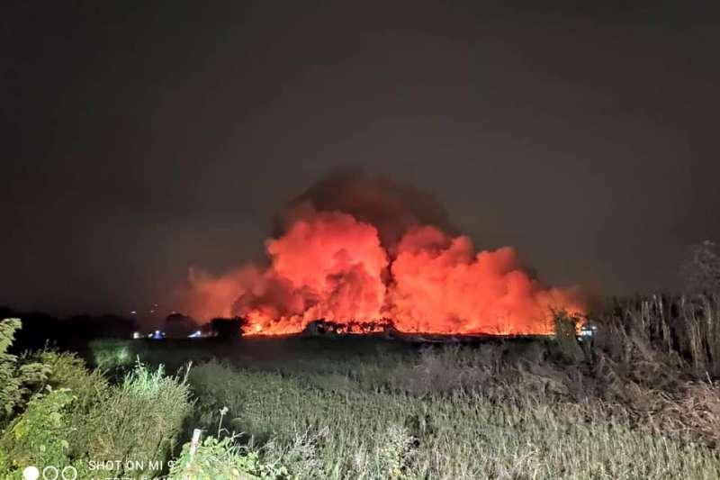 高雄市多處居民今晚反映,市區瀰漫焚燒異味。高雄市環保局表示,初步研判焚燒異味來自台南市歸仁區的農地大火。(圖/高雄市環保局提供)