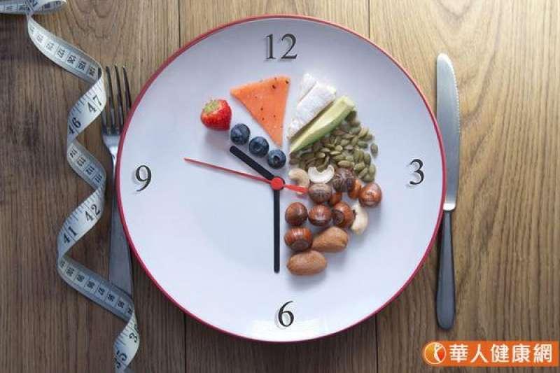 168間歇性斷食減肥法也稱為16:8斷食減肥法,是指每天進食的時間集中在8小時完成,其他的16小時就是採取禁食。(圖/華人健康網)