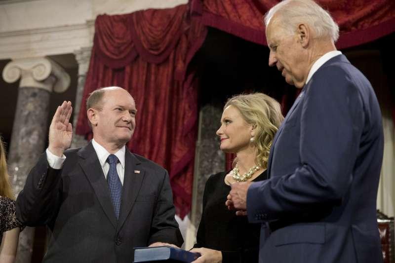 2015年,時任美國副總統兼聯邦參議院議長的拜登見證德拉瓦州聯邦參議員昆斯宣誓就職(資料照,AP)