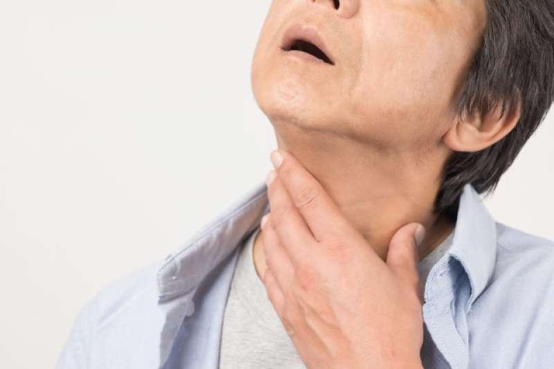 喉癌好發在40至60歲,以男性、有菸酒習慣者居多,最初病徵常是聲音沙啞。(圖/photoAC)