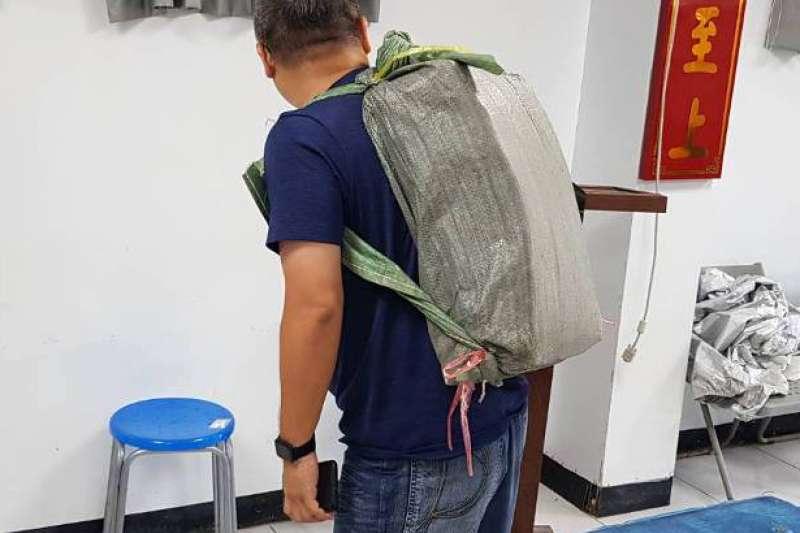 海巡恆春緝毒起獲126公斤海洛因磚,更查獲用於徒步運送毒品的後背包型麻布袋。(海巡署偵防分署提供)