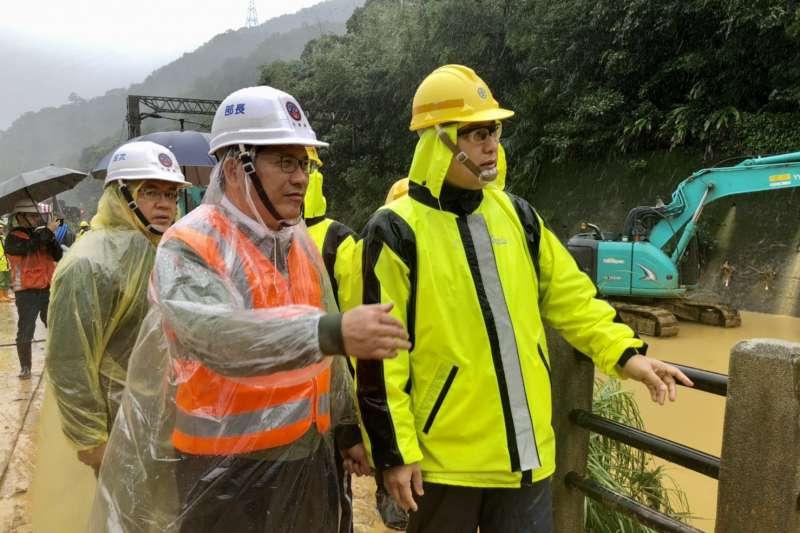 交通部長林佳龍、台鐵宜蘭段段長李建勳視察搶修情形。(交通部提供)