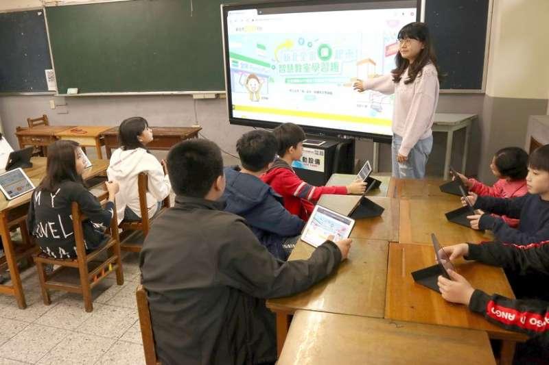 新北從軟硬體面雙管齊下推動數位學習,108、109年投入5億元,校校都有智慧教室,每50班1間,共建置455間,為全國最多。(圖/新北市教育局提供)