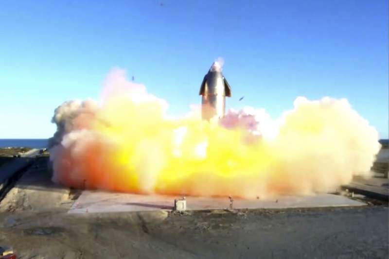 「星艦」9日於德州海岸試飛,不料因發動機故障引發爆炸。(AP)