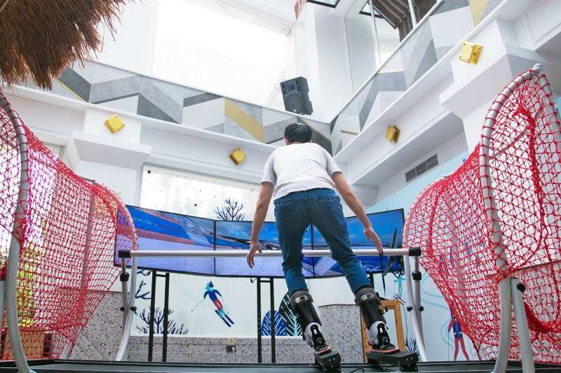 知本老爺引進超逼真滑雪模擬機,不用出國也能體驗滑雪。(圖/知本老爺酒店提供)
