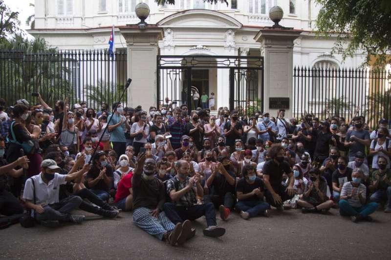 11月27日,古巴藝術家聚集在文化部大樓外抗議。(AP)